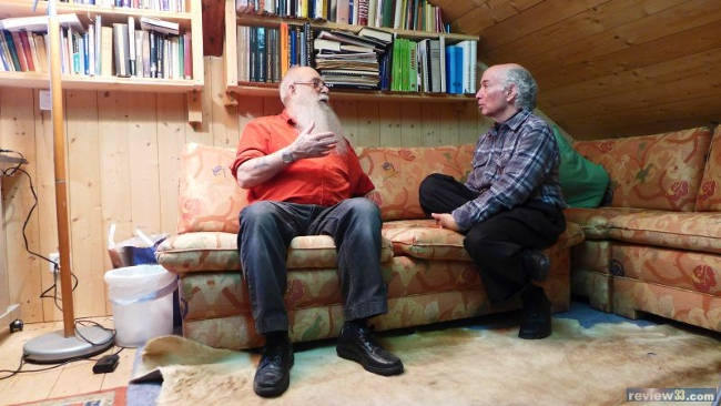 Michael Horn e Billy Meier fotografati durante un'intervista in salotto